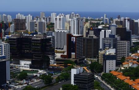 O marzão no horizonte é a prova de que a cena acima não fica em São Paulo. São prédios da Avenida Tancredo Neves, região oeste da capital baiana. Foto: Fernando Vivas | Agência A Tarde 31.3.2009